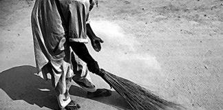 Christian sweeper in Pakistan.jpg